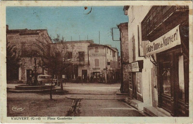 Carte postale ancienne Vauvert Place Gambetta à Vauvert
