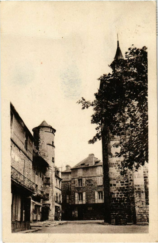 Carte postale ancienne Meyssac - Place de l'Eglise à Meyssac