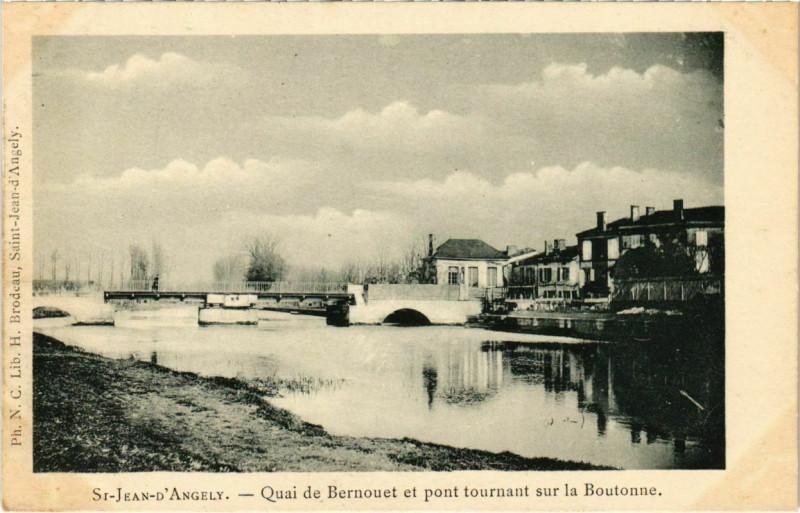 Carte postale ancienne Saint-Jean-d'Angely - Quai de Bernouet et pont tournant sur la Boutonn à Saint-Jean-d'Angély