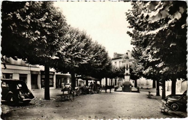 Carte postale ancienne Montguyon - Charente-Maritime - La Place à Montguyon