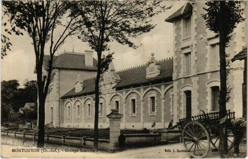 Carte postale ancienne Montguyon - Groupe Scolaire à Montguyon