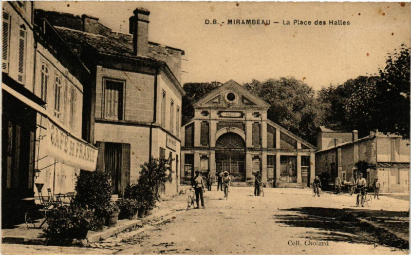 Carte postale ancienne Mirambeau - La Place des Halles à Mirambeau