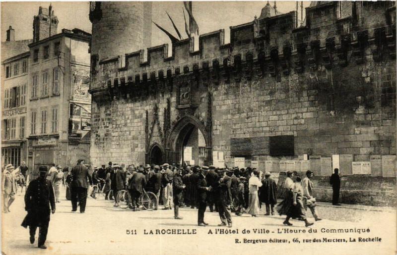 Carte postale ancienne A l'Hotel de Ville - L'Heure du Communiqué à La Rochelle