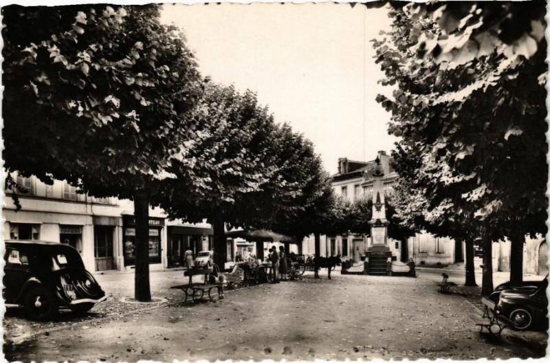 Carte postale ancienne Montguyon -La Place à Montguyon