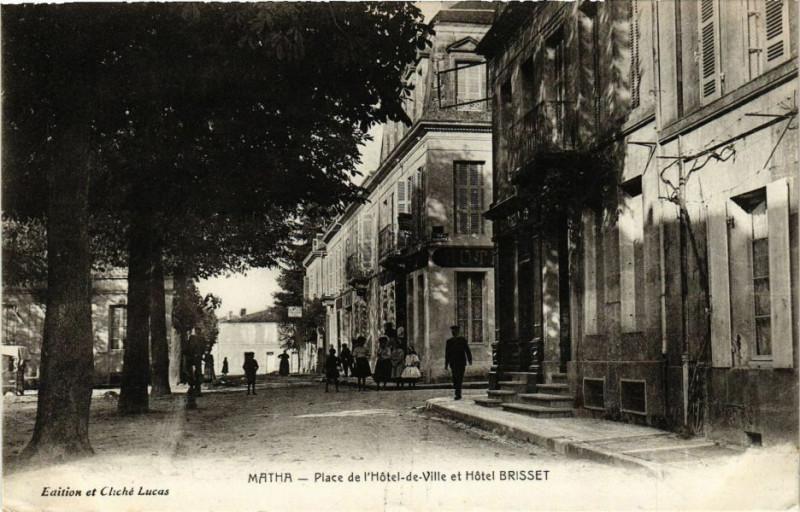 Carte postale ancienne Matha - Place de l'Hotel-de-Ville et Hotel Brisset à Matha
