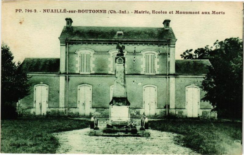 Carte postale ancienne Nuaillé-sur-Boutonne - Matrie Ecoles et Monument aux Mort à Nuaillé-sur-Boutonne