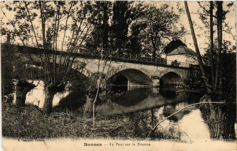 Carte postale ancienne Bonnes - Le Pont sur la Dronne à Bonnes