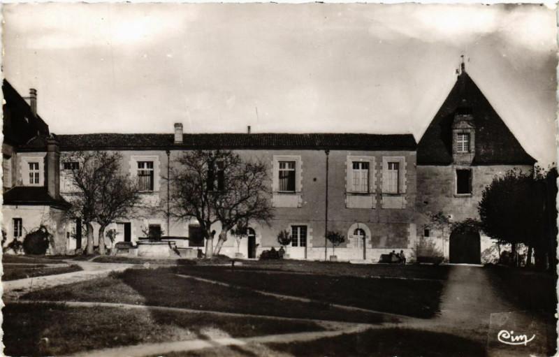 Carte postale ancienne Chalais (Charente) - Intérieur du Cháteau et le Puits à Chalais