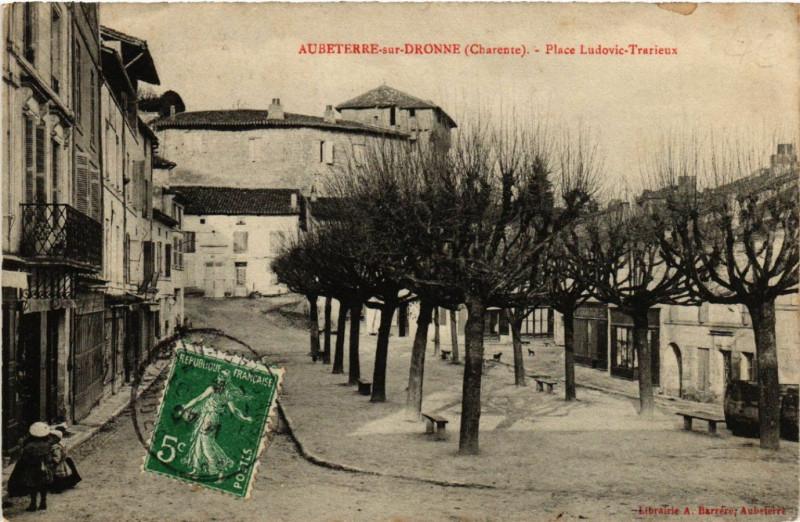 Carte postale ancienne Aubeterre-sur-Dronne (Charente) - Place Ludovic-Trarieux à Aubeterre-sur-Dronne