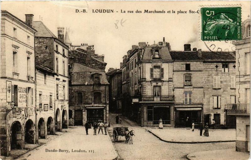Carte postale ancienne Loudun La rue des Marchands et la place à Loudun