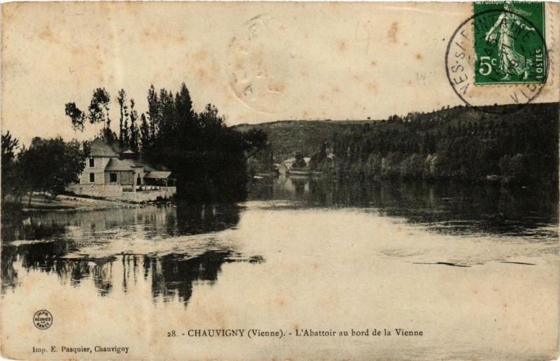 Carte postale ancienne Chauvigny L'Abattoir au bord de la Vienne à Chauvigny