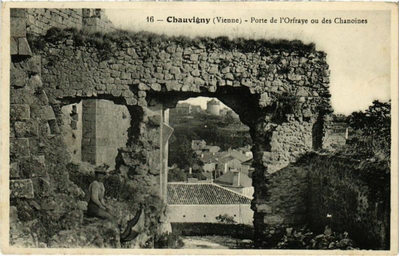 Carte postale ancienne Chauvigny - Porte de l'Orfraye ou des Chanoines à Chauvigny
