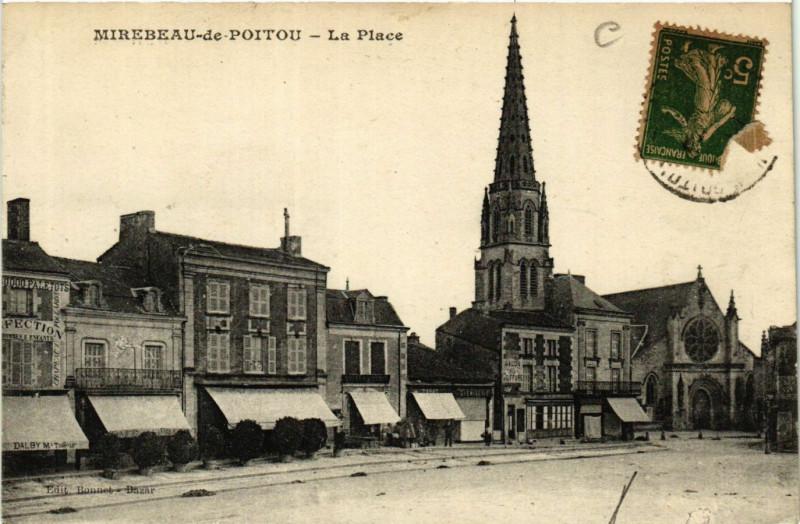 Carte postale ancienne Mirebeau de Poitou - La Place à Mirebeau