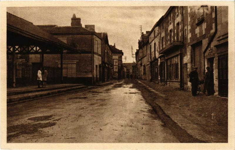 Carte postale ancienne Monts-sur-Guesnes La Rue des Halles à Monts-sur-Guesnes
