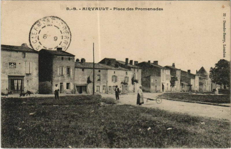Carte postale ancienne Airvault Place des Promenades à Airvault