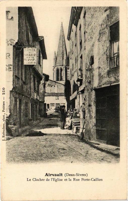 Carte postale ancienne Airvault (Deux-Sevres) - Le Clocher de l'Eglise et la Rue Porte... à Airvault