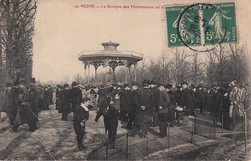 Carte postale ancienne 34. Reims - le Kiosque des Marronniers un jour de Musique (c.1908)  à Reims