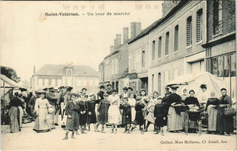 Carte postale ancienne Saint-Valerien Un jour de marché à Saint-Valérien