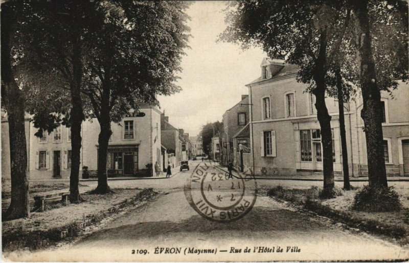 Carte postale ancienne Evron - Rue de l'Hotel de Ville à Évron