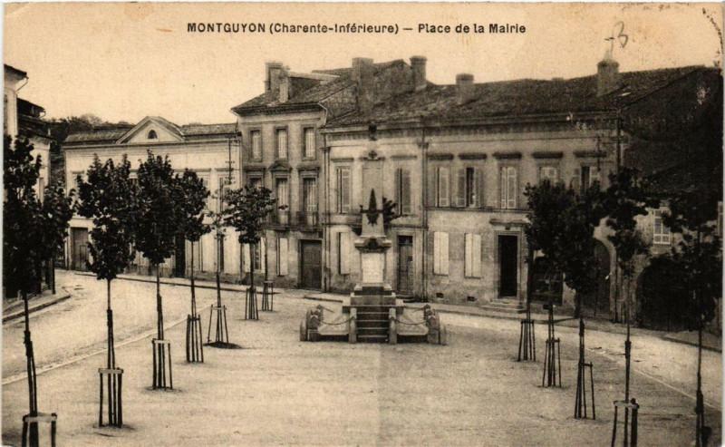Carte postale ancienne Montguyon Place de la Mairie à Montguyon
