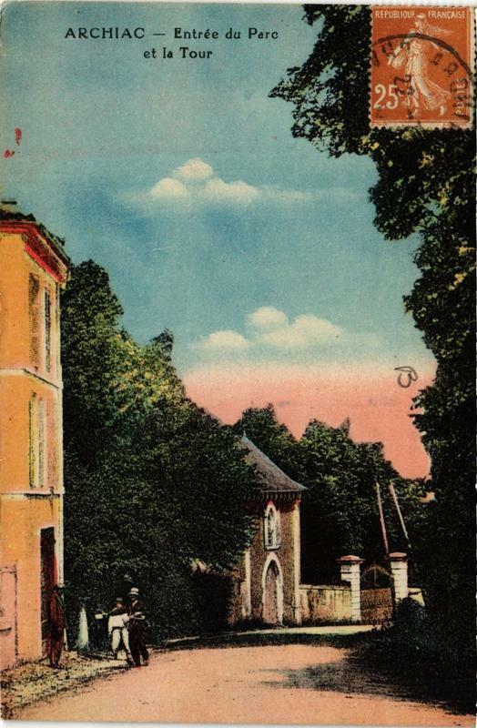 Carte postale ancienne Archiac Entrée du Parc et la Tour à Archiac
