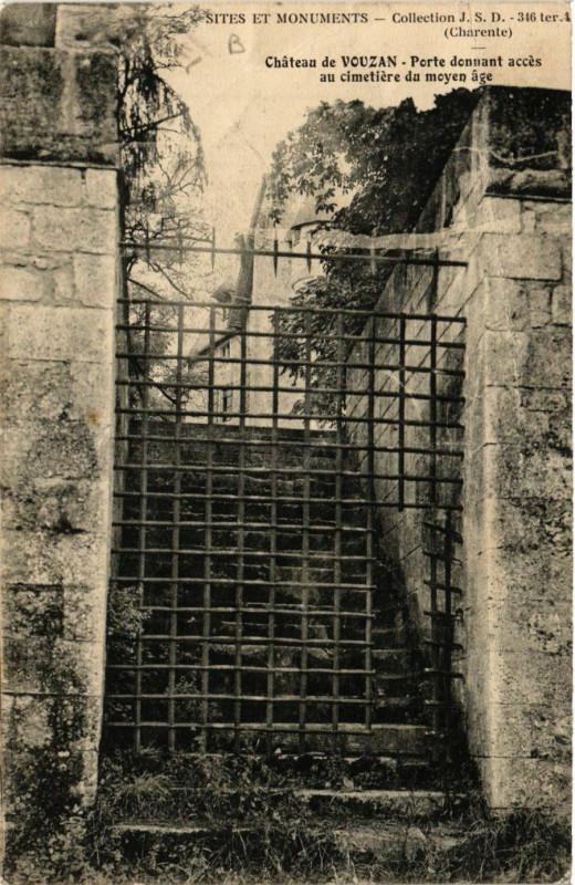 Carte postale ancienne Chateau de Vouzan-Porte donnant acces au cimetiere du moyen age à Vouzan