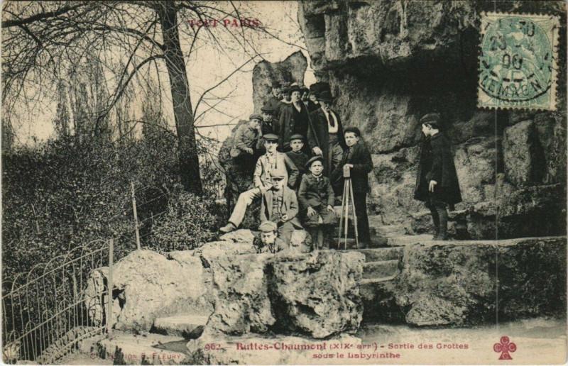 Carte postale ancienne Buttes-Chaumont - Sortie des Grottes sous le Labyrinthe à Paris 19e