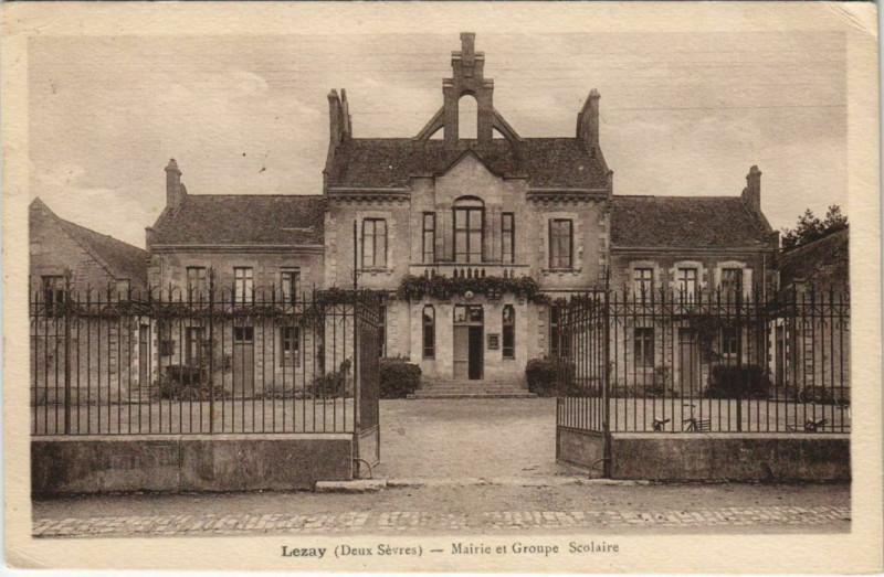 Carte postale ancienne Lezay Mairie et Groupe Scolaire à Lezay