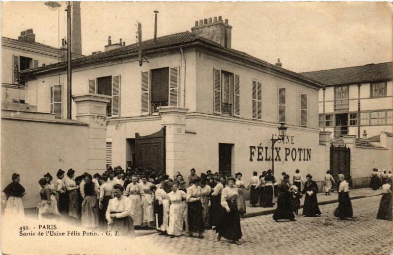 Carte postale ancienne Sortie de l'Usine Felix Potin à Paris 19e