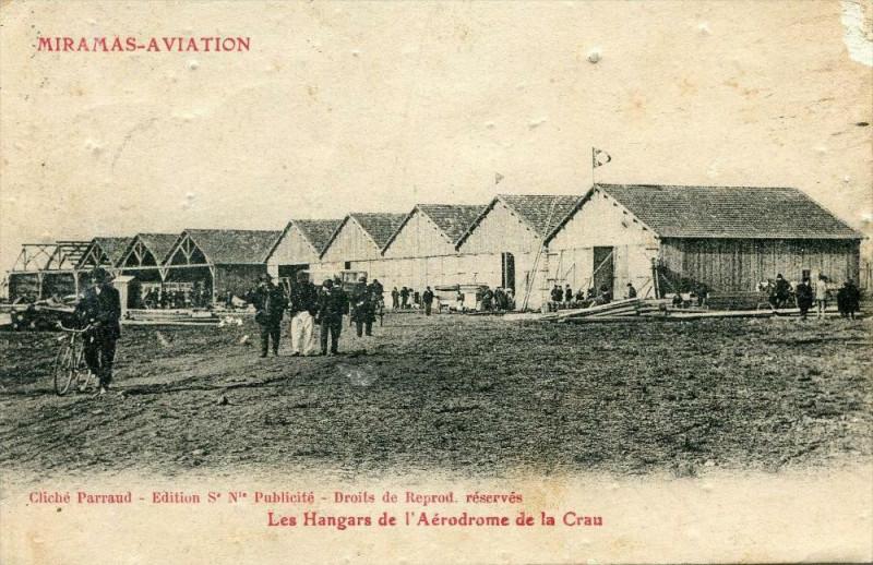 Carte postale ancienne 13 Miramas Aviation Les Hangars Del'Aerodrome De La Crau