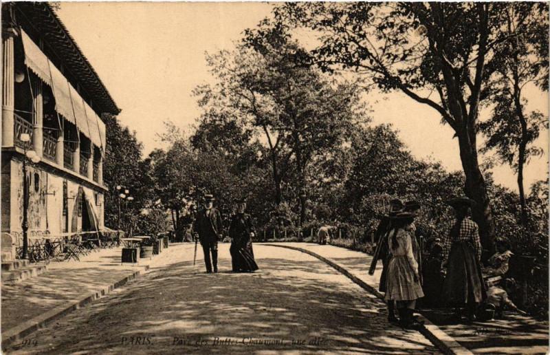 Carte postale ancienne Parc des Buttes-Chaumont, une allée à Paris 19e