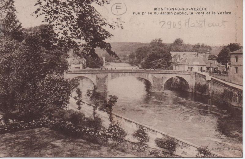 Carte postale ancienne Vue prise du jardin public, le pont de la Vézère à Montignac