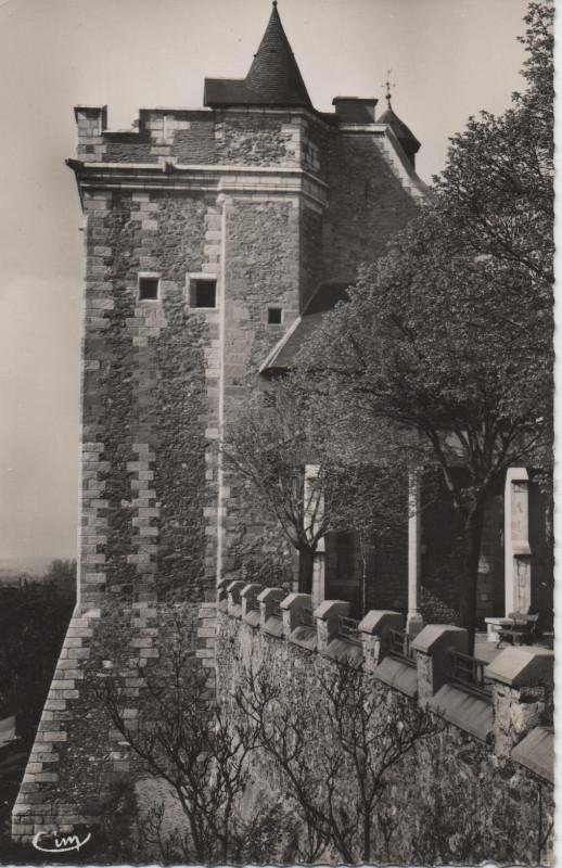 Carte postale ancienne La tour carrée du vieux château à Montluçon