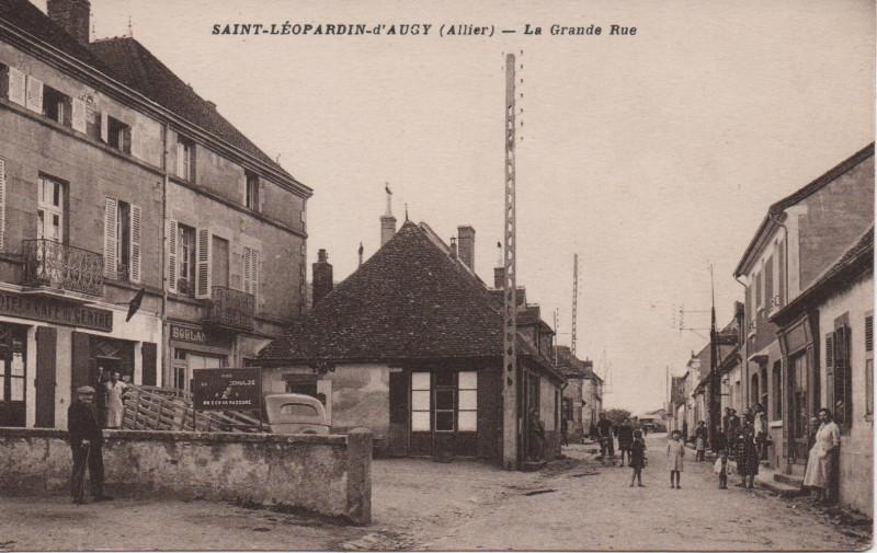 Carte postale ancienne La grande rue à Saint-Léopardin-d'Augy