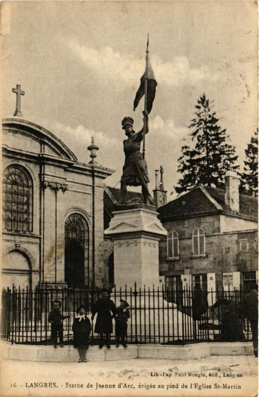 Carte postale ancienne Statue de Jeanne d'Arc, érigée au pied de l'Eglise Saint-Martin à Langres